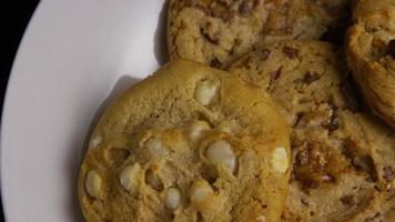 tiro cinematográfico giratório de biscoitos em um prato - biscoitos 379