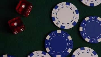 tiro giratório de cartas de pôquer e fichas de pôquer em uma superfície de feltro verde - pôquer 039 video