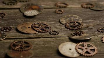 girato stock footage rotante di quadranti di orologi antichi e stagionati - quadranti 070