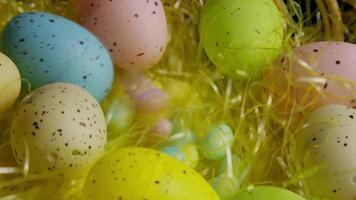 foto rotativa de decorações de Páscoa e doces na grama colorida de Páscoa - Páscoa 066
