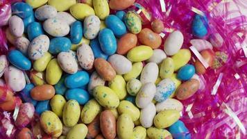foto rotativa de doces de páscoa coloridos em uma cama de grama de páscoa - páscoa 111