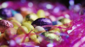 foto rotativa de doces de páscoa coloridos em uma cama de grama de páscoa - páscoa 185