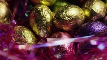 foto rotativa de doces de páscoa coloridos em uma cama de grama de páscoa - páscoa 241
