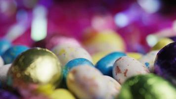foto rotativa de doces de páscoa coloridos em uma cama de grama de páscoa - páscoa 197