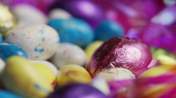 foto rotativa de doces de páscoa coloridos em uma cama de grama de páscoa - páscoa 191