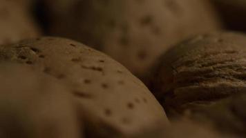 filmische, rotierende Aufnahme von Mandeln auf einer weißen Oberfläche - Mandeln 104