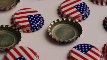 foto rotativa de tampas de garrafa com a bandeira americana impressa nelas - tampas de garrafa 011