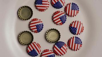 roterend schot van kroonkurken met de Amerikaanse vlag erop gedrukt - kroonkurken 001