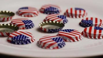 foto rotativa de tampas de garrafa com a bandeira americana impressa nelas - tampas de garrafa 016