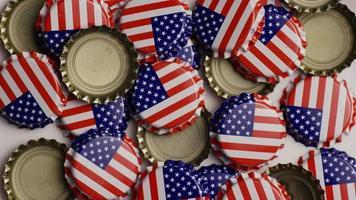 foto rotativa de tampas de garrafa com a bandeira americana impressa nelas - tampas de garrafa 022