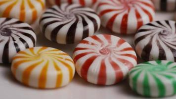tomada rotativa de uma mistura colorida de vários doces duros video