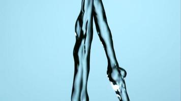 acqua che versa e schizza in ultra slow motion (1.500 fps) su una superficie riflettente - l'acqua versa 162