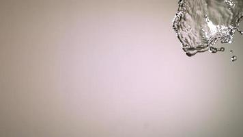 spruzzi d'acqua con frutta in ultra slow motion (1.500 fps) su una superficie riflettente - spruzzi d'acqua w frutta 001