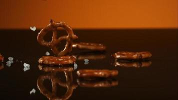 salatini che cadono e rimbalzano in ultra slow motion (1.500 fps) su una superficie riflettente - pretzel phantom 024