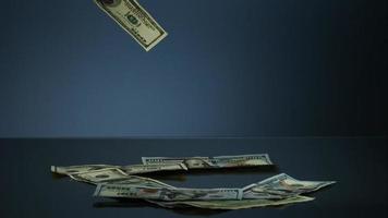 notas americanas de $ 100 caindo em uma superfície reflexiva - dinheiro fantasma 085