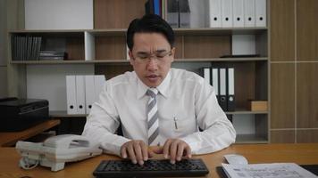 Empleado empresario escribiendo el teclado y mirando el monitor de la computadora