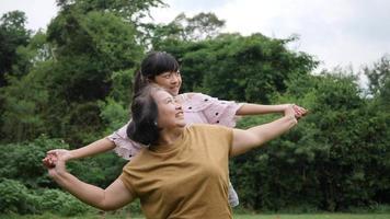 Cámara lenta de abuela feliz con nieta jugando en el parque video