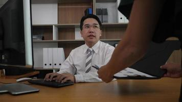 chefe empresário agradece secretária por gráfico de negócios de sucesso