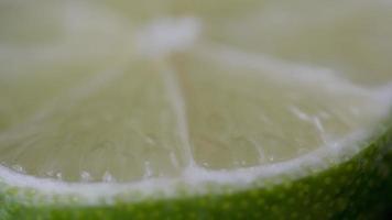 Macro de una rodaja de limón verde girando
