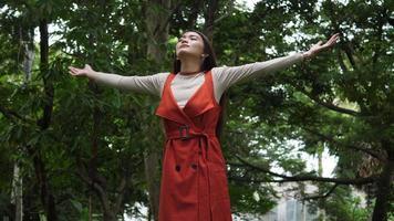 mulher bonita, levantando a mão no ar. tempo feliz de liberdade.