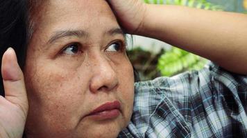retrato de uma mulher idosa preocupada e muito estressada video