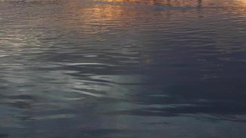 pôr do sol sobre o lago refletindo na água