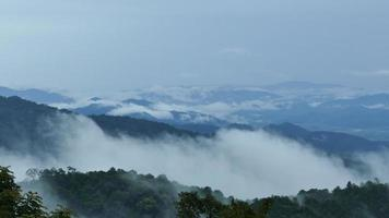 belas montanhas cheias de névoa video