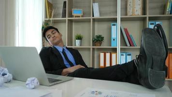 jovem cansado e preguiçoso sentado no escritório