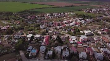 drone volando sobre casas en 4k