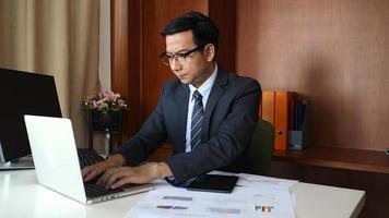 imprenditore facendo analisi pianificazione progetto aziendale in ufficio. video