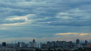 lapso de tempo pôr do sol com céu nublado azul e amarelo