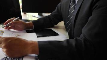 mains d & # 39; homme d & # 39; affaires faisant le projet d & # 39; entreprise de planification d & # 39; analyse au bureau