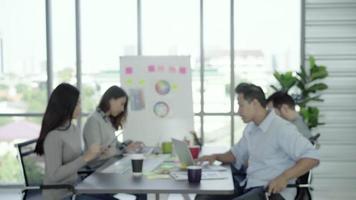 retrato do empresário criativo chefe asiático bonito bem sucedido, sorrindo para a câmera enquanto entra no escritório. video