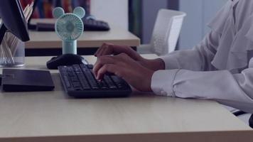 imprenditrice venuta in ufficio. video