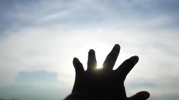 la mano del hombre alcanza el sol.