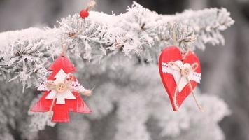 juguetes navideños colgando de las ramas de un árbol de navidad