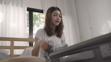 jeune femme asiatique, emballer une valise