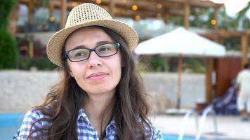 mulher com óculos na piscina