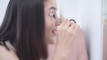 linda mulher asiática usando curvex video