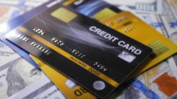 Carte de crédit avec des billets d'un dollar tournant sur une table