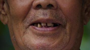 close-up de uma boca idosa falando