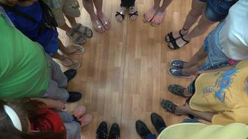 crianças em um círculo de amigos
