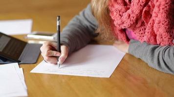jeune femme, écriture, sur, a, feuille papier