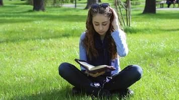mujer joven leyendo en el parque