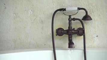 banheira torneira de água