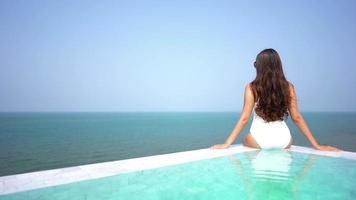 jovem relaxando em uma piscina video