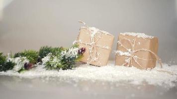 caixas de presente de natal com neve