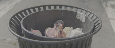 lata de lixo de uma cidade video