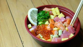 shirashi don nourriture japonaise avec des baguettes