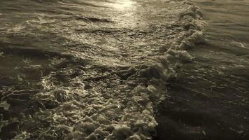 ondas na areia durante o nascer do sol